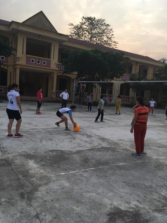 Hình ảnh buổi thi đấu bóng chuyền hơi.