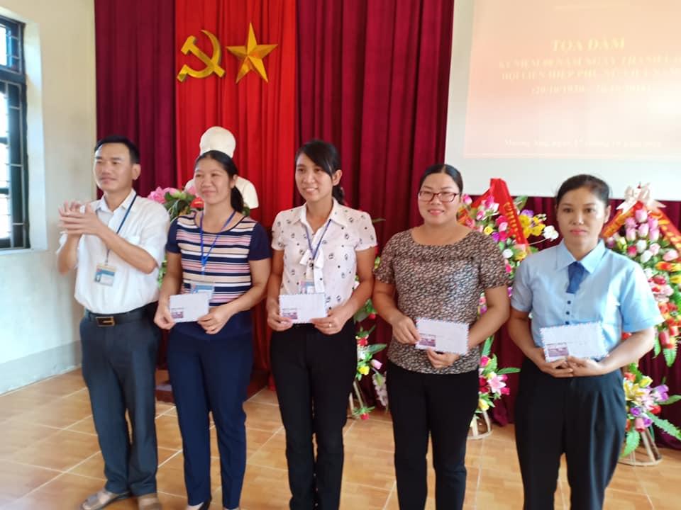 Đồng chí Nguyễn Văn Trường trao phần thưởng cho các đội bóng