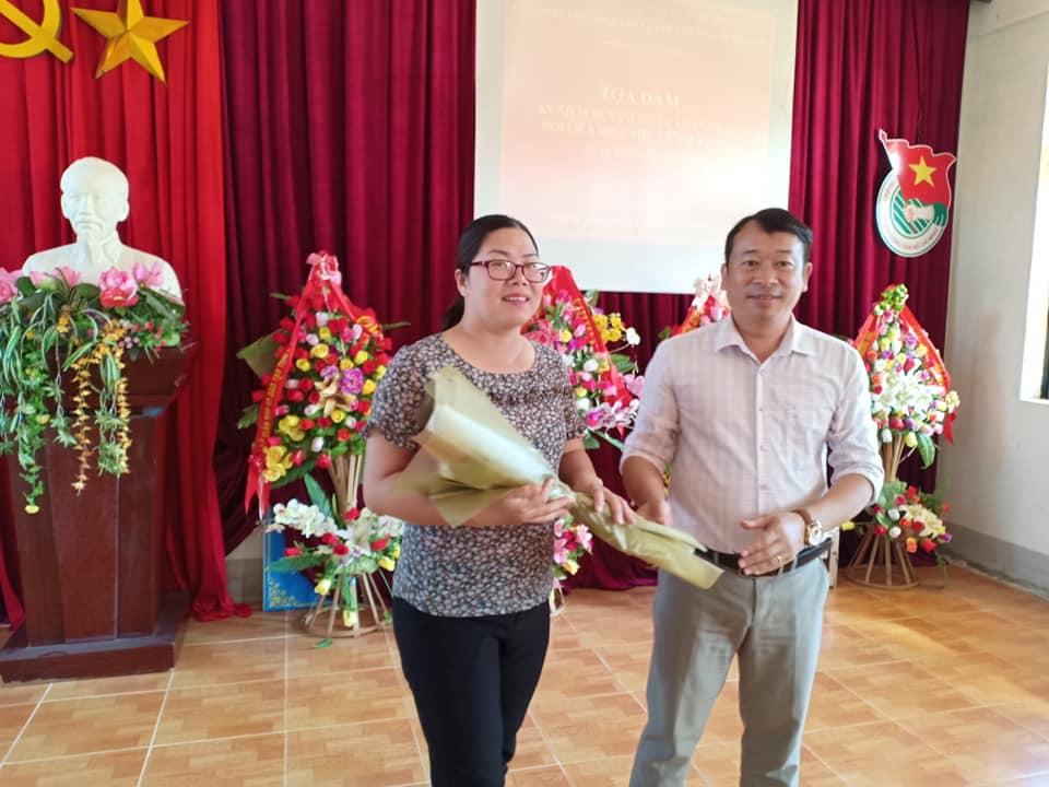 ảnh 5, Đồng chí Cà Văn Minh tặng hoa cho chị em nữ công