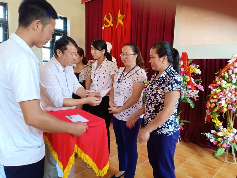 Ảnh 6 Đồng chí Cà Văn Minh tặng quà cho các nữ công đoàn viên xuất sắc