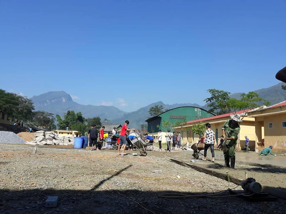 Thầy và trò trường PTDTNT THPT huyện Mường Ảng chung tay xây dựng cảnh quan trường lớp
